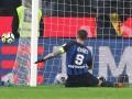 Удар лидера Интера в матче с Миланом, которым он промазал по пустым воротам