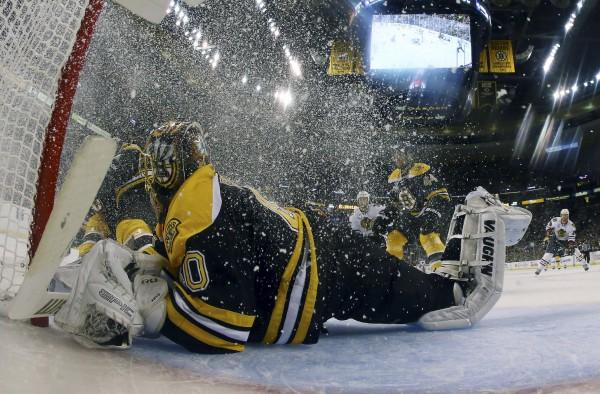Голкипер Бостона спасает свои ворота