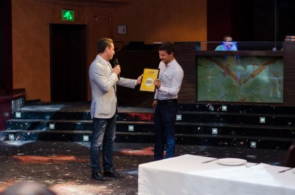 Александр Денисов вручает сертификат гостинице Крещатик