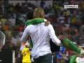 Тренер Замбии вынес на руках травмированного игрока, чтобы он отпраздновал победу вместе с партнерами