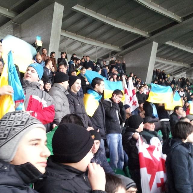 Украинские флаги на регбийном матче в Тбилиси