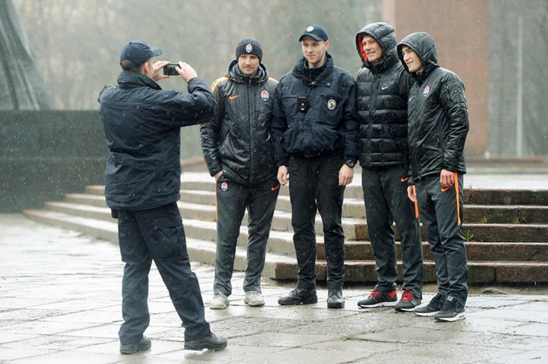 Полицейские не упустили возможность сфотографироваться с футболистами Шахтера