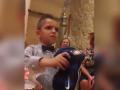 Родители вызвали гнев маленького фаната Ювентуса, подарив ему футболку Интера