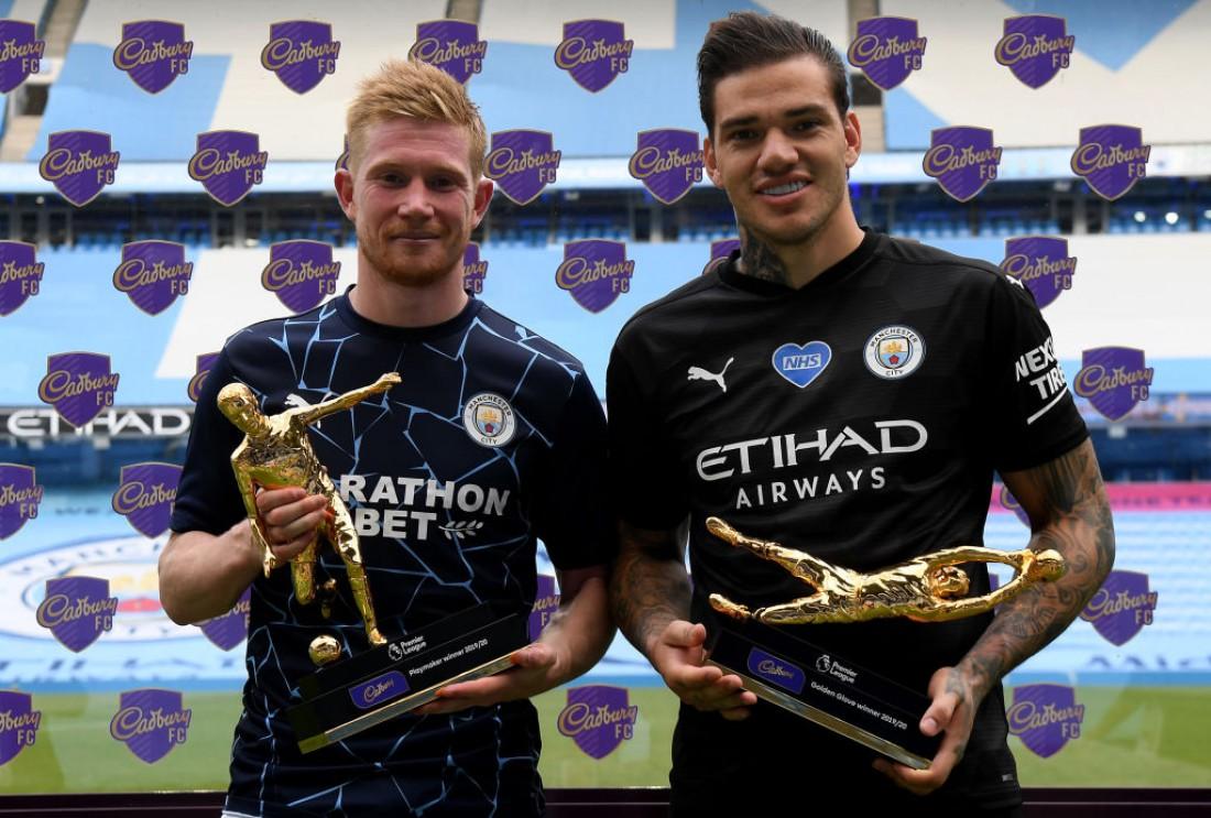 Кевин де Брюйне (слева) с трофеем