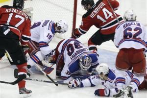 Новичок NHL Адам Энрике проталкивает победную шайбу в ворота Хенрика Люндквиста