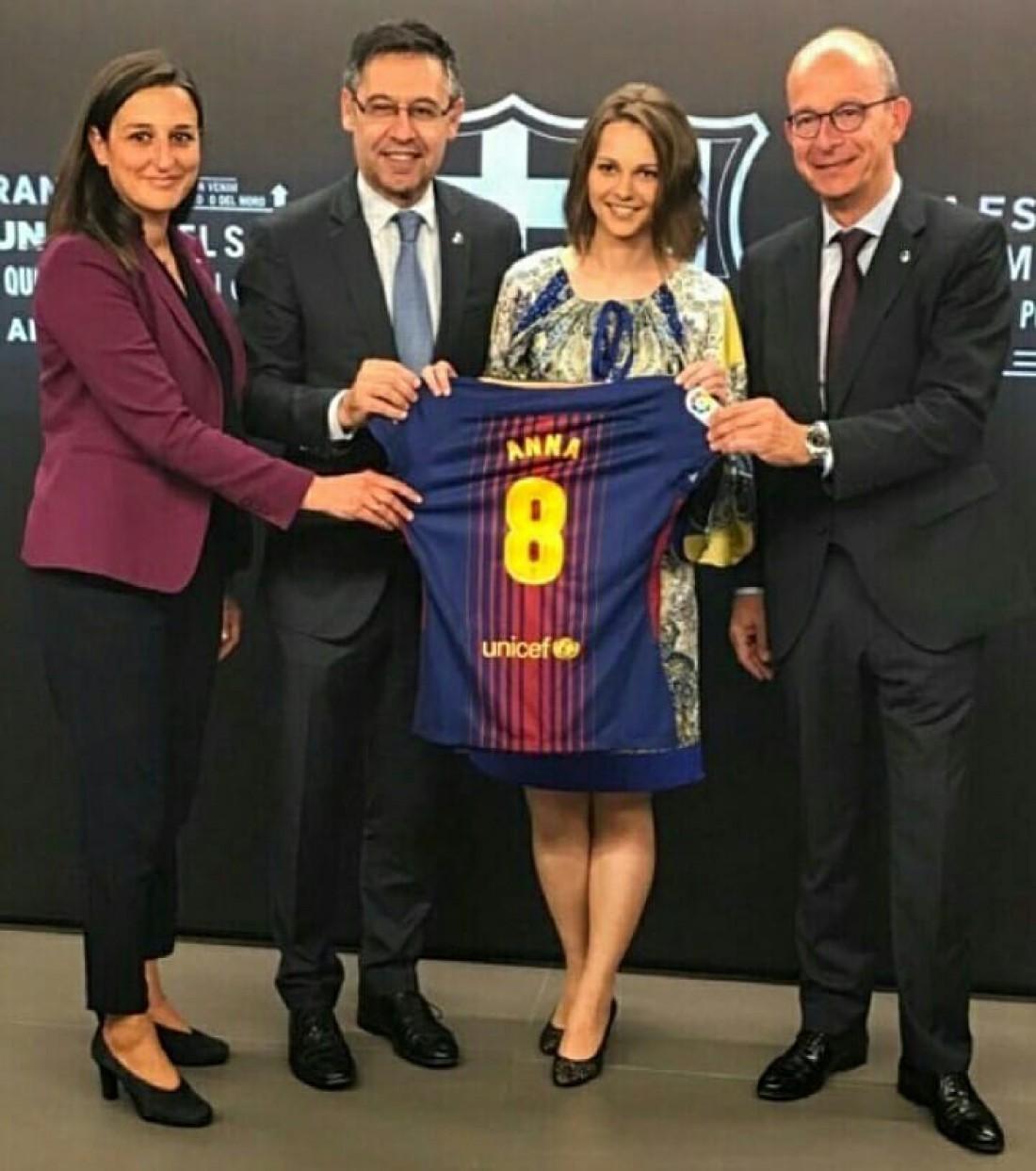 Анна Музычук получила в подарок футболку Барселоны