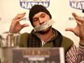 Тайсон Фьюри вышел на пресс-конференцию с заклеенным ртом и показал средний палец