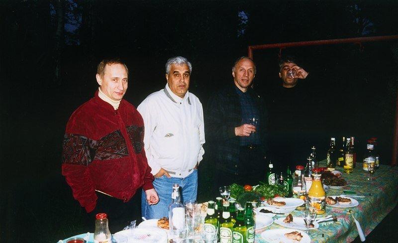 Дед Хасан и Путин: Нашумевшая фотография президента России якобы в компании с вором в законе (в белой куртке)