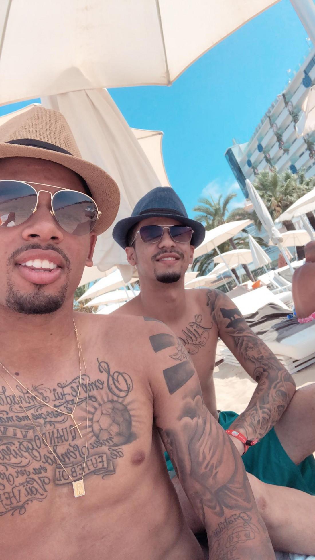 Габриэл Жезус с другом на пляже