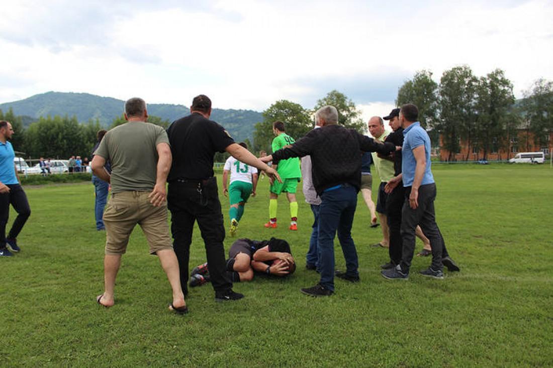 Фанаты избили арбитра во время матча