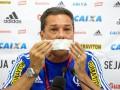 Бразильский тренер заклеил себе рот в знак протеста на пресс-конференции