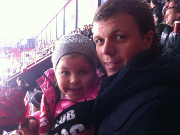 Алексей Гай на хоккее с дочкой
