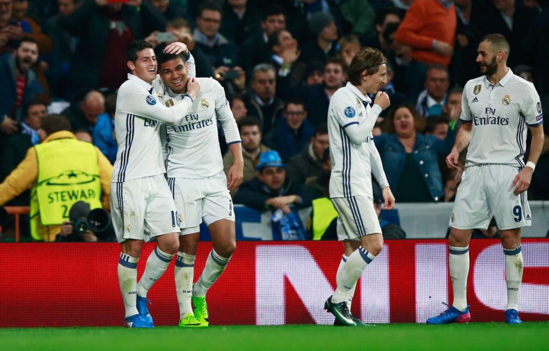 Реал поздравляет Касемиро с шикарным голом в ворота Наполи