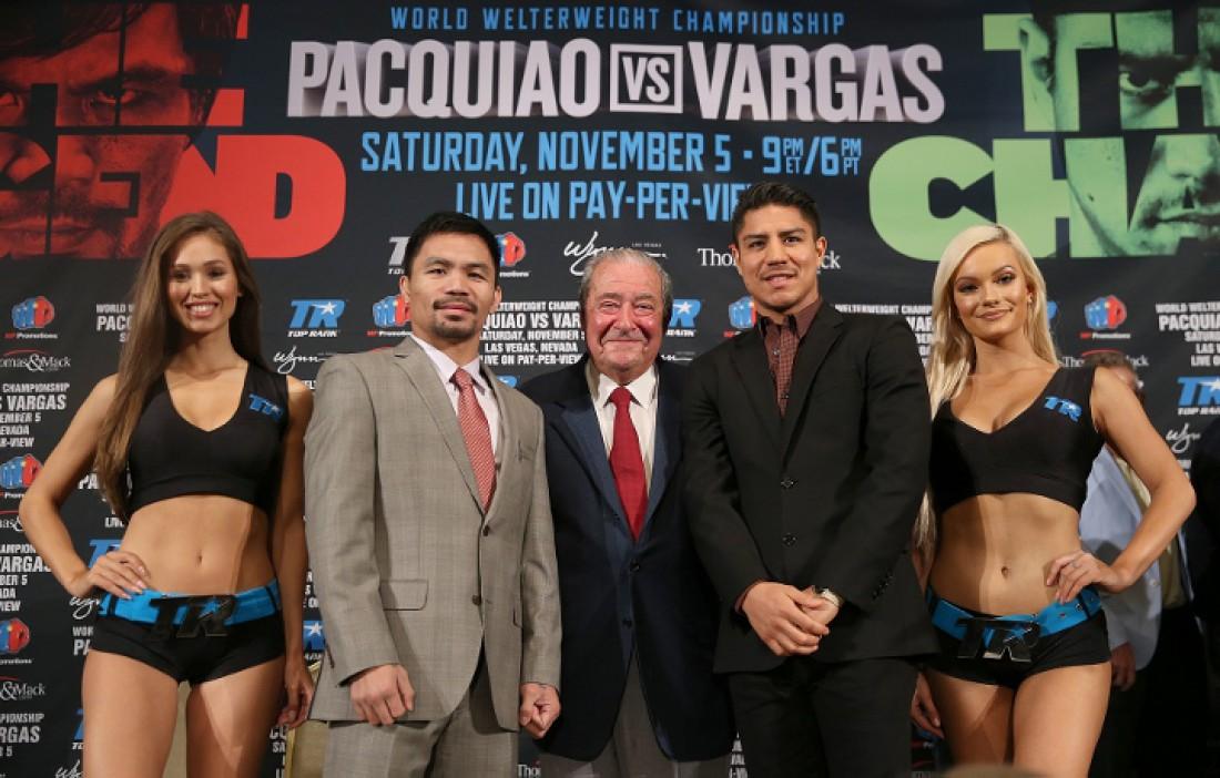 Боб Арум (в центре) вместе со своими боксерами и очаровательными красотками