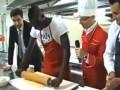 Марио Балотелли впервые в жизни приготовил себе еду (ВИДЕО)