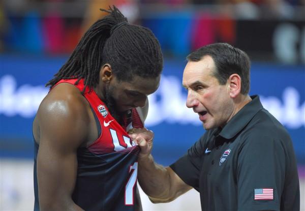 Тренер сборной США объясняет Кеннету Фариду его ошибку