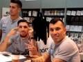 Чилийского футболиста обвинили в расизме после фото с корейским фанатом