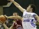 Хорват Давор Кус пытается уберечь мяч от грека Антониса Фоциса