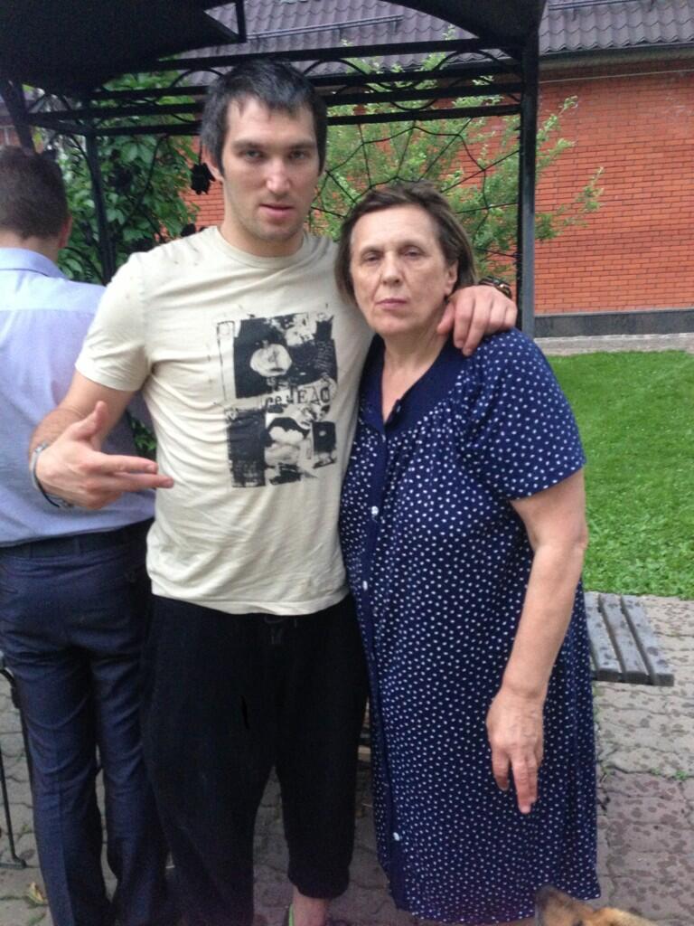 Хоккеист со своей мамой