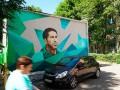 Унылые российские дома украсили футбольными муралами с Месси, Рамосом и Зиданом