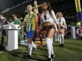 Игроки голландского чемпионата вышли на поле с девушками в нижнем белье