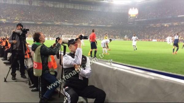 Сотрудник Локомотива во время матча в Стамбуле искал провокации на трибунах