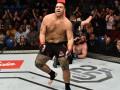 Боец UFC после победы выпил пиво из кроссовка