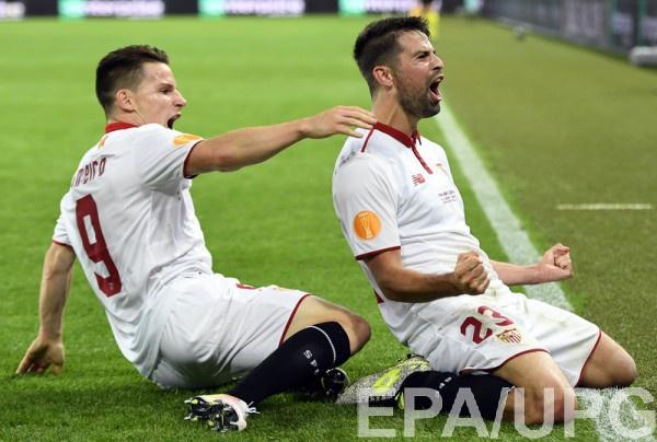 Кевин Гамейро и Коке празднуют победу Севильи в Лиге Европы